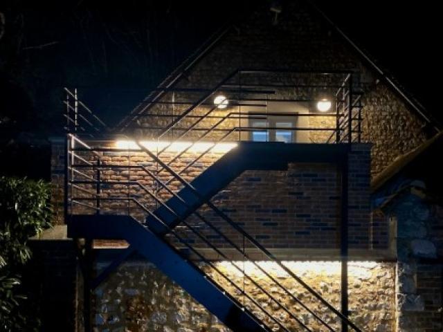 Eclairage dissimulé d'un escalier extérieur dans un domaine